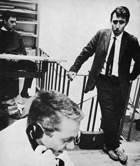 Alan Fletcher, Colin Forbes e Bob Gill no estúdio Fletcher/Forbes/Gill, que daria origem ao Pentagram posteriormente. Foto de 1963 tirada por Michael Joseph. CC: DesignMuseum