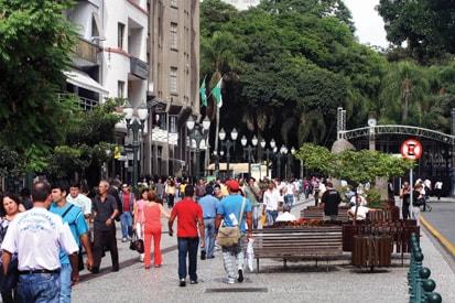 A  Bienal 2010 aposta no acesso democrático: a programação inclui espaços variados em Curitiba, como a Rua XV de Novembro, o Museu Oscar Niemeyer, as estações tubo dos ônibus ligeirinho e as instalações da Fiep. Foto: Instituto Municipal de Turismo de Curitiba.
