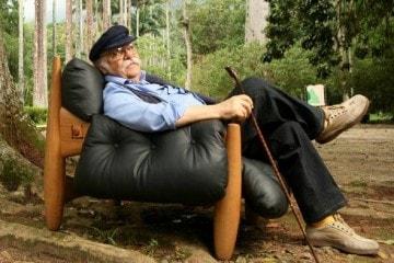 Sérgio Rodrigues em sua obra-prima: a poltrona Mole. Foto: Fernando Lemos/VEJA RIO